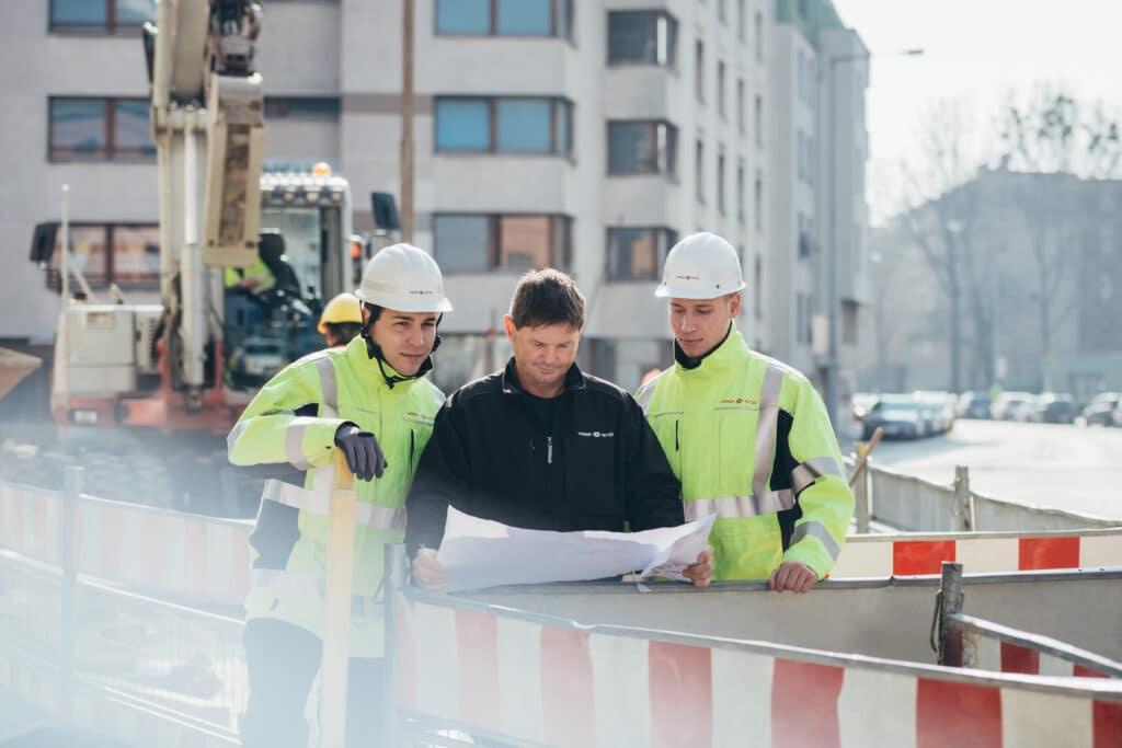 Bauarbeiter bei einer Besprechung