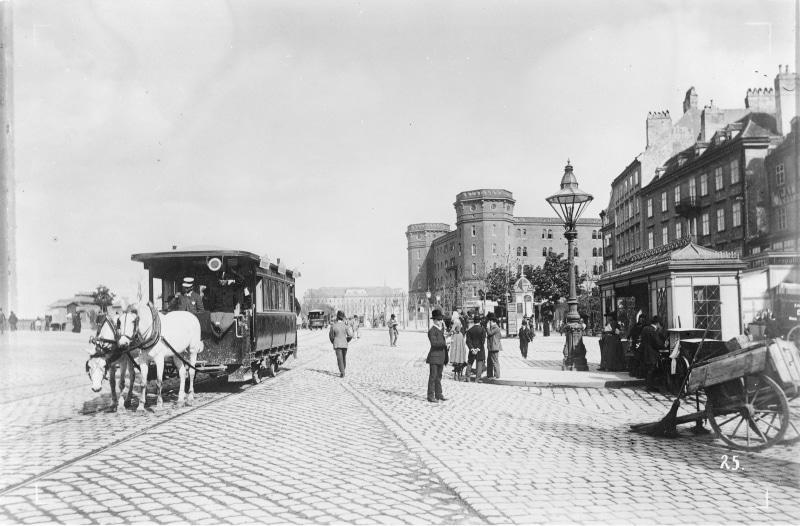 Blick aus Westen auf die Partie der Franz-Joseph-Kaserne am Kai, Pferdetramway, 1890.