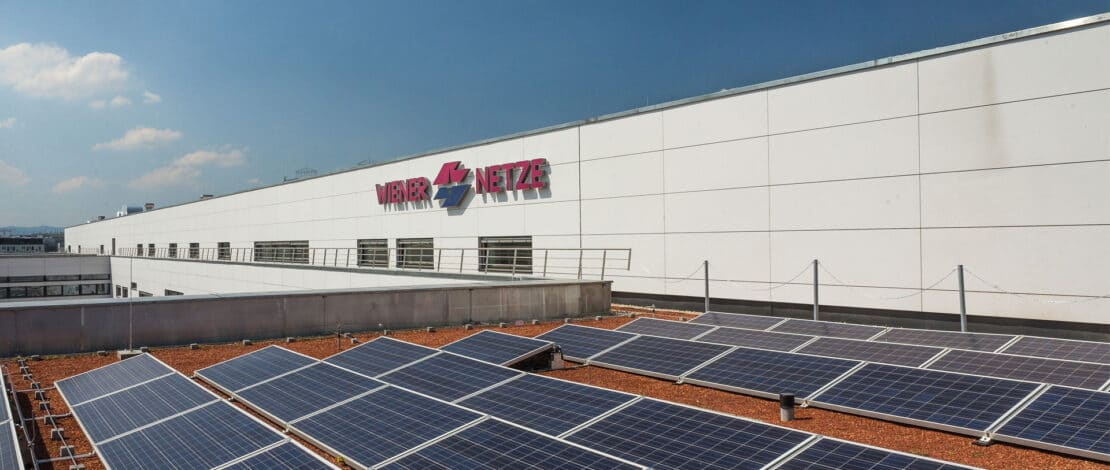 Solarpanele am Dach des Wiener Netze Campus