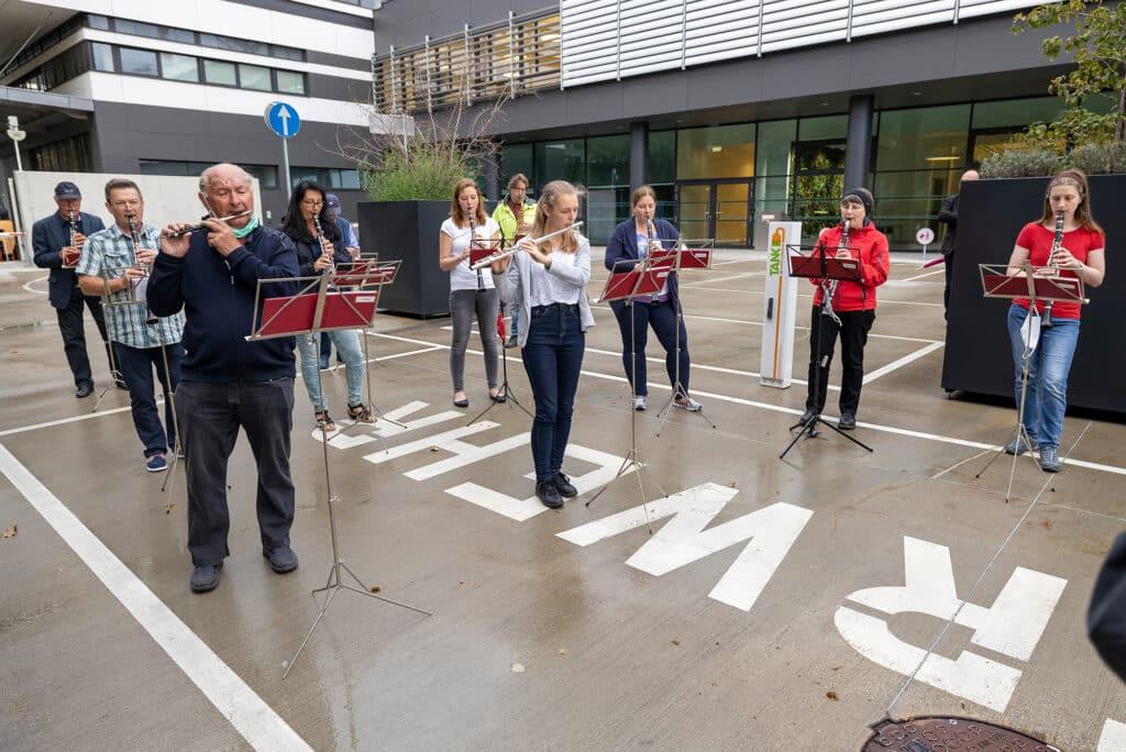 Wiener Netze MitarbeiterInnen spielen im Freien Klarinette und Querflöte.
