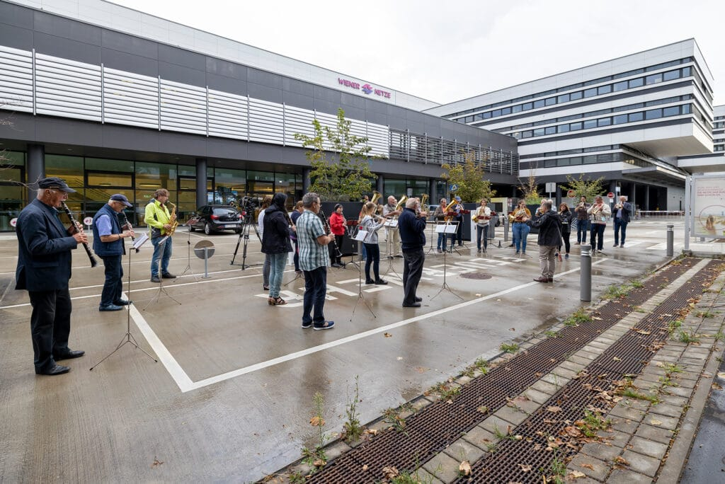 Wiener Netze Blasmusik-Probe im Freien vor dem Smart Campus.
