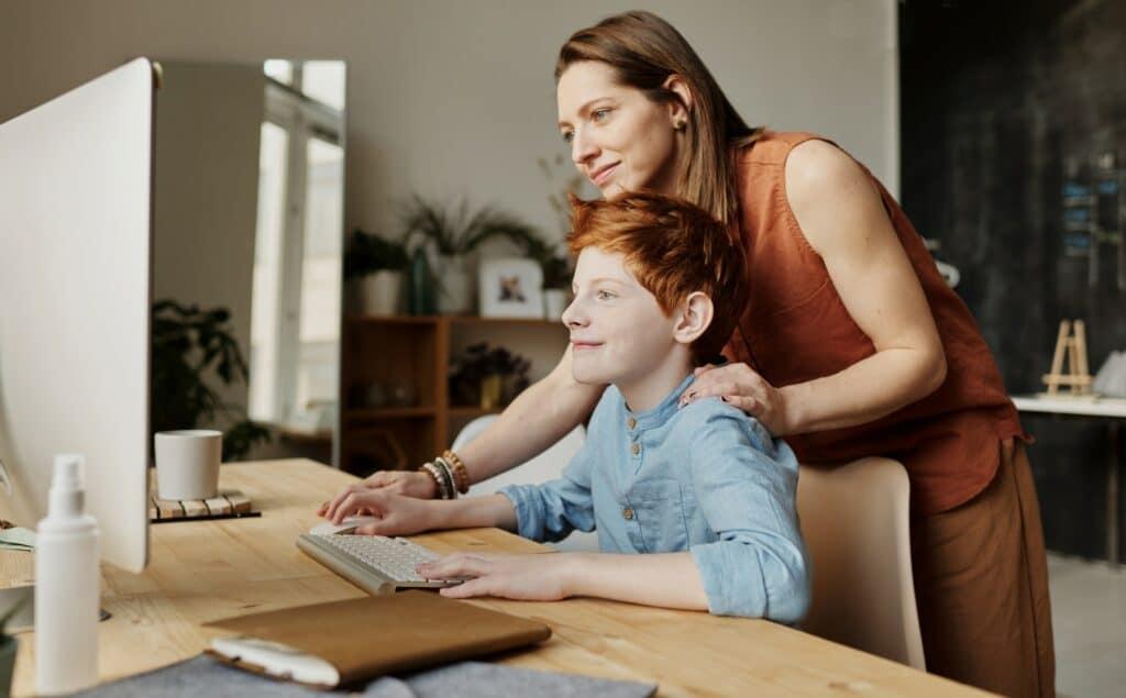 Mutter und Sohn beim Homeschooling
