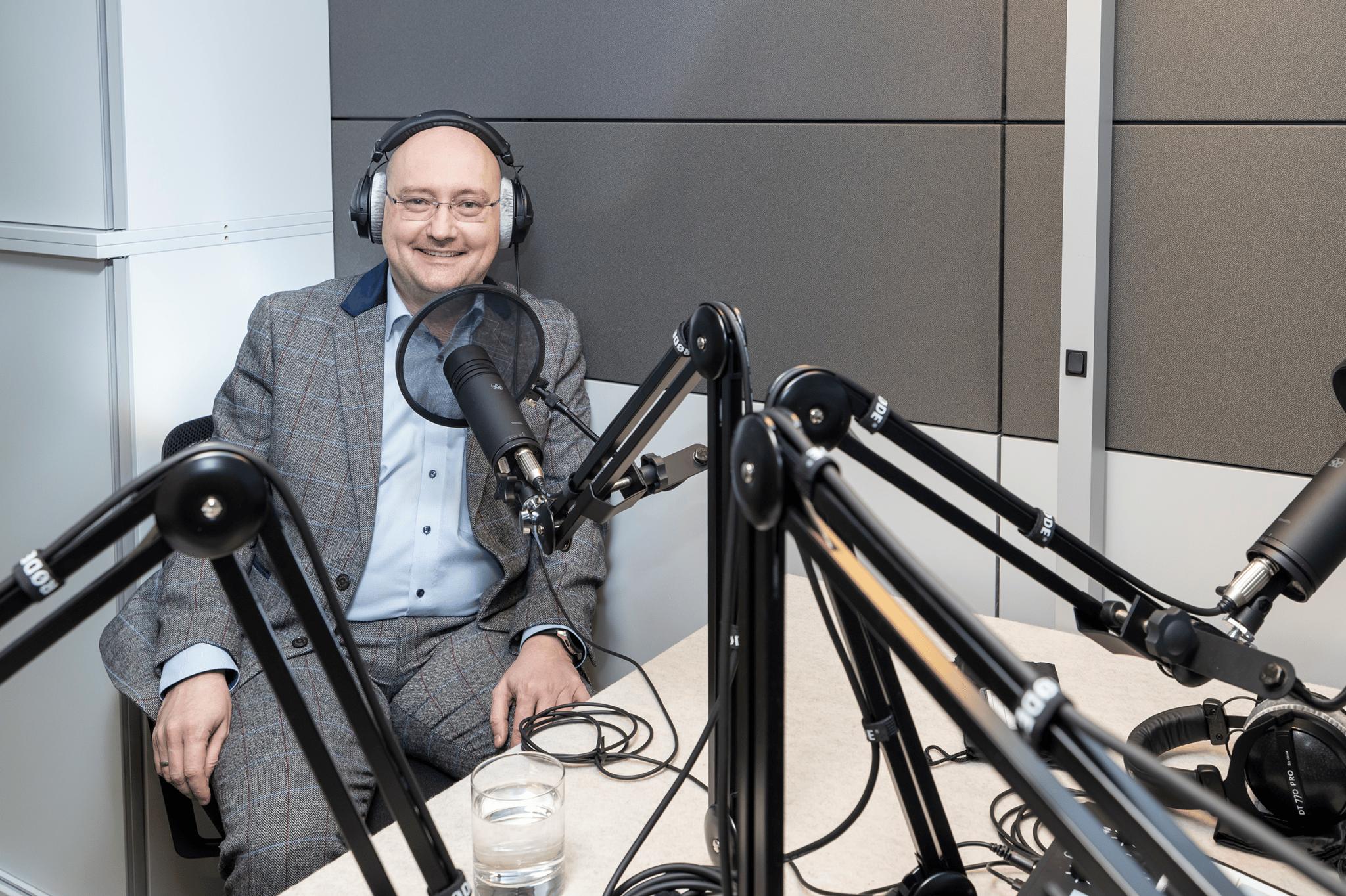 Roman Tobler sitzend im Podcast-Aufnahmestudio