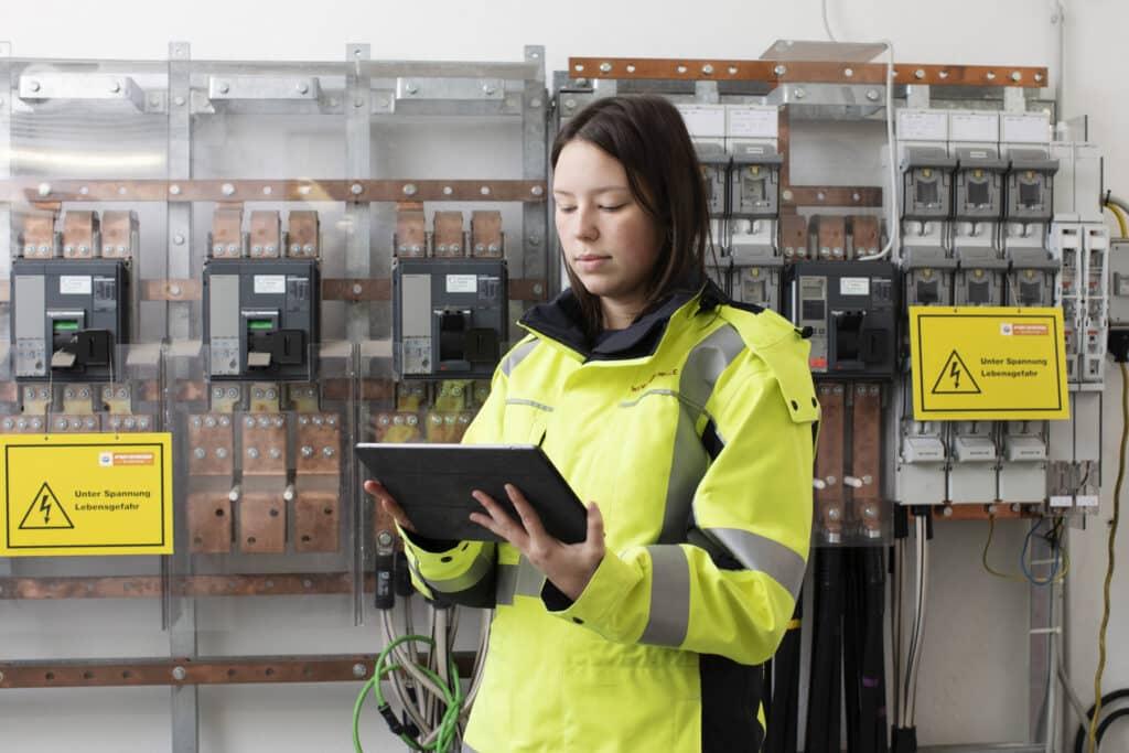 Elektrotechnik Lehrling Lena Giesel mit Tablet