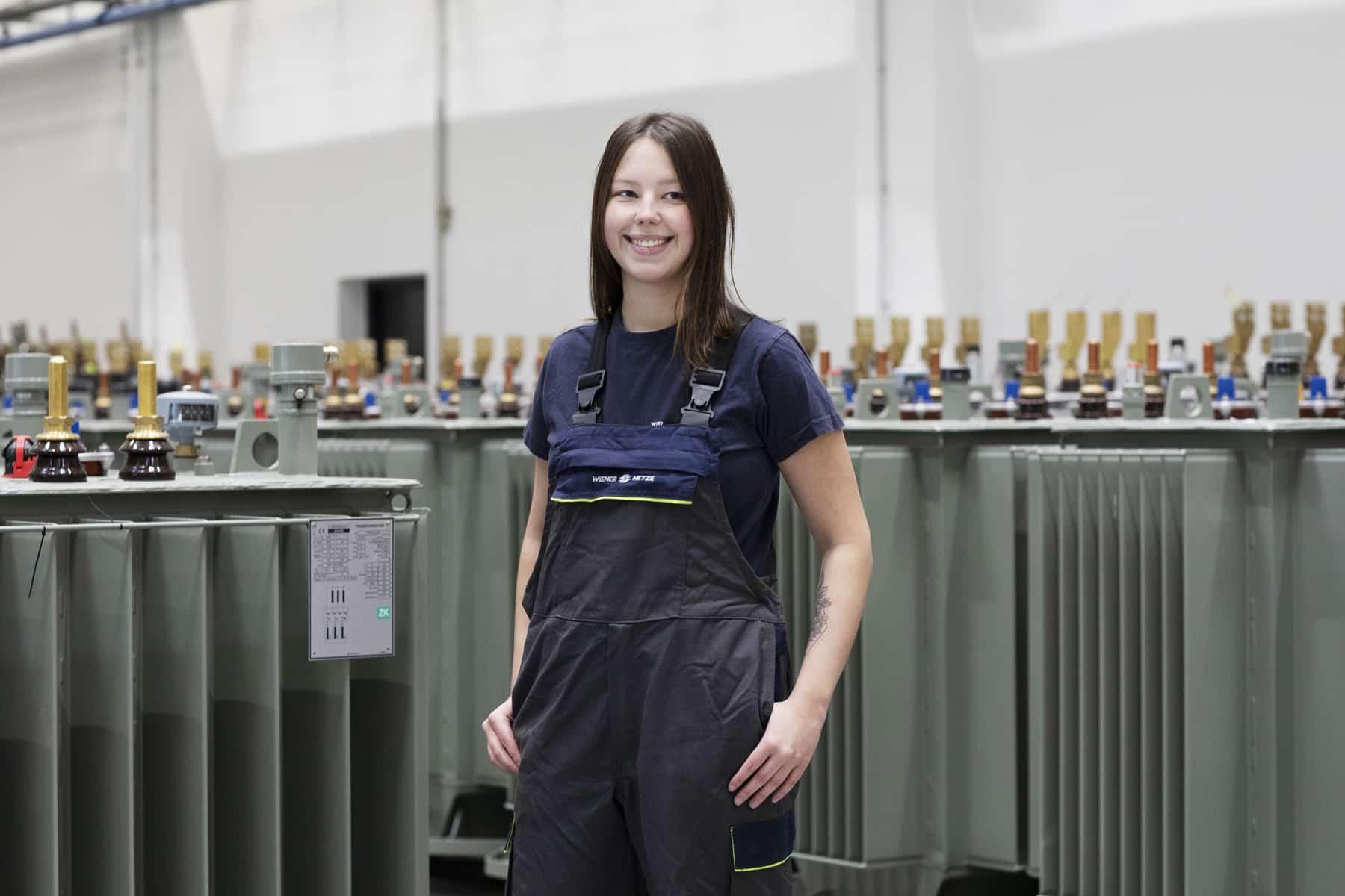 Lehrling Lena Giesel mit Wiener Netze Arbeitskleidung in technischer Umgebung