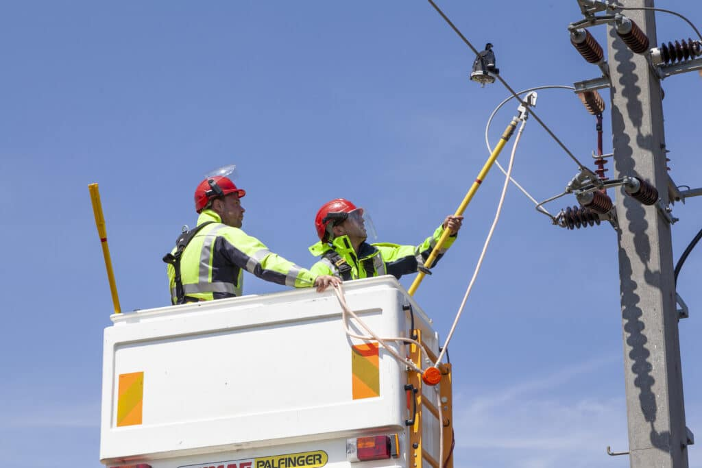Blitzermontage an Stromleitung