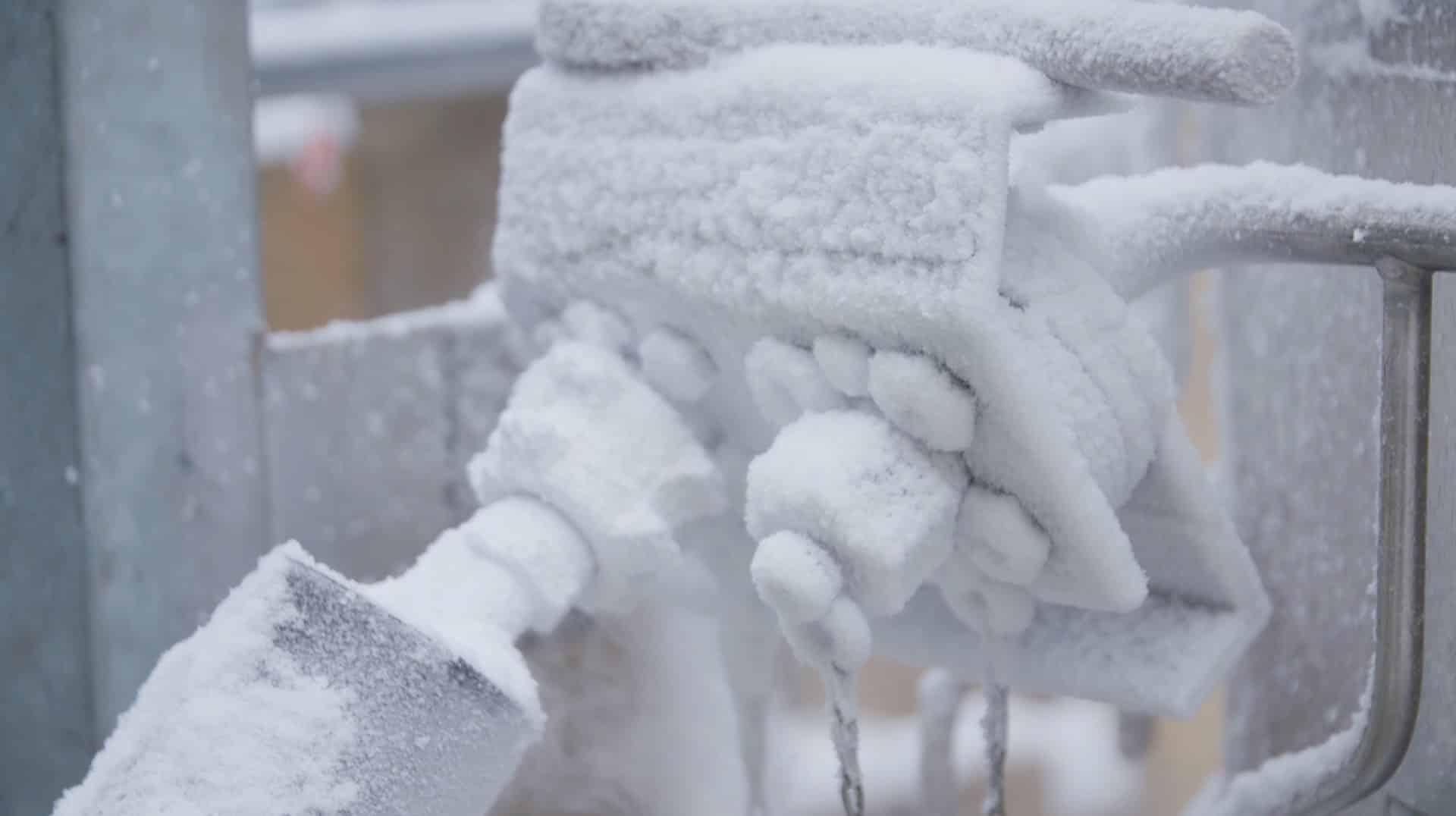 Metalleitungen mit Eis überzogen