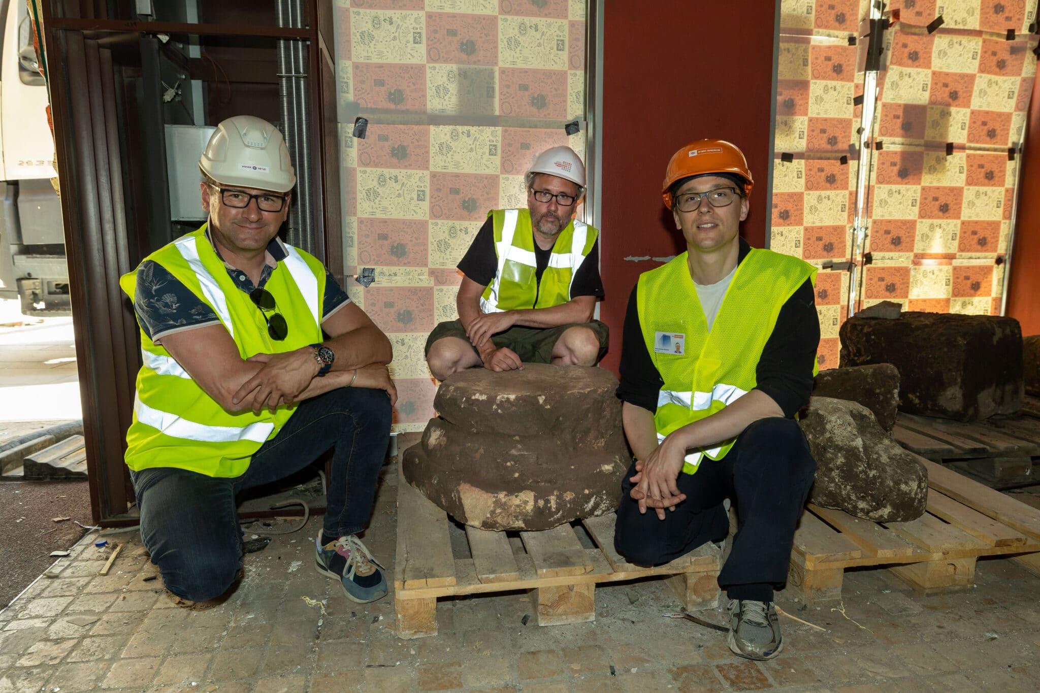 Projektteam mit Stein aus Römerzeit