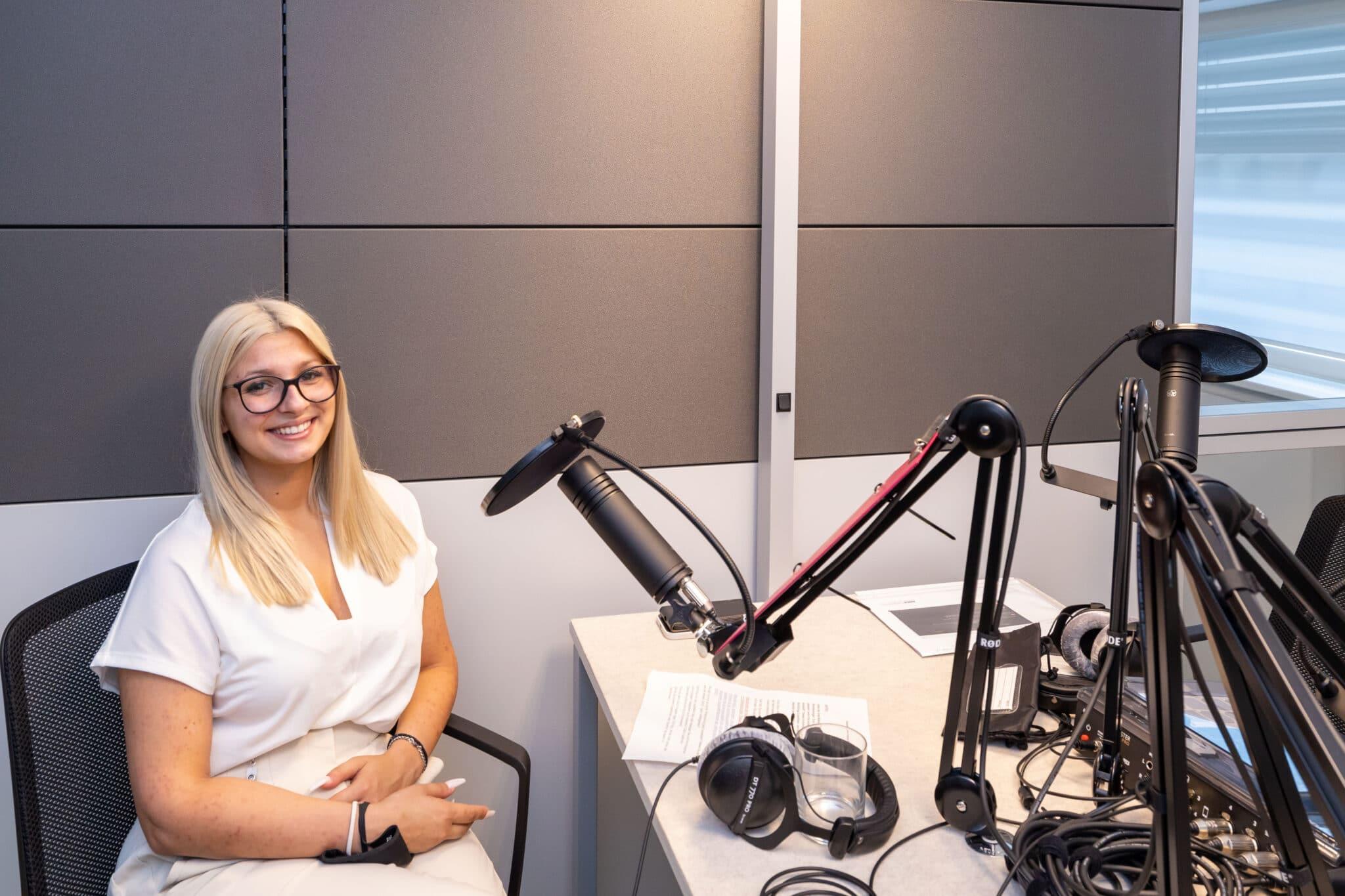 Aleksandra Stevic im Podcast-Studio